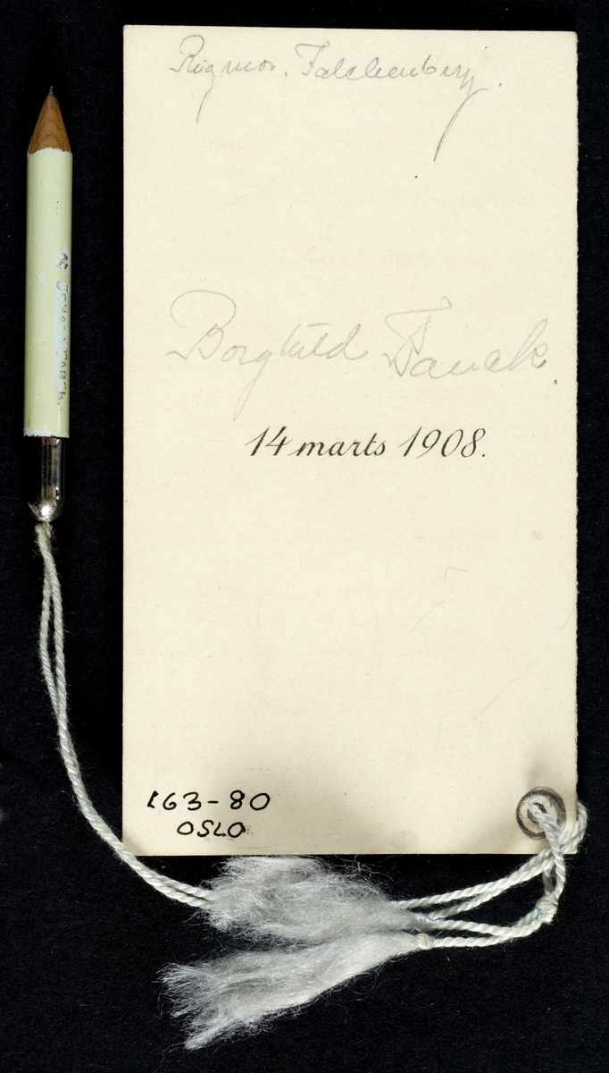 Ballkort fra 1908 med trykket dekor og danseliste inni. Snor med blyant festet til kortet.