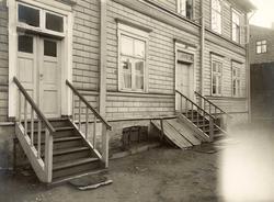 Bakkegaten 23, Oslo. Fra bakgården, med kjellerlem, inngangs