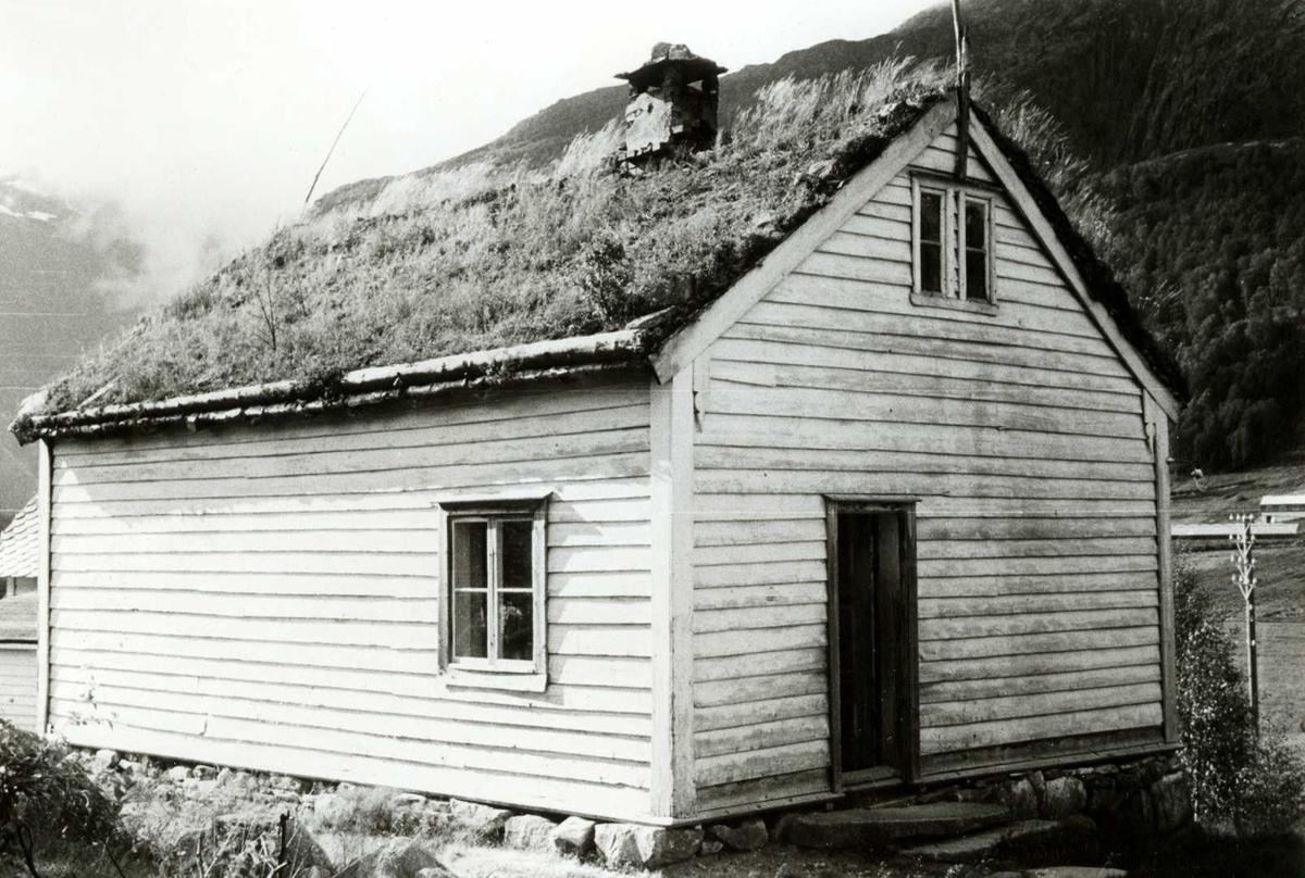 Klakegg, Jølster, Sogn og Fjordane. Hvitt lite skolehus med torv på taket. Registrering utført 1958-59 av Johan Schiong for Noregs Lærarlag.