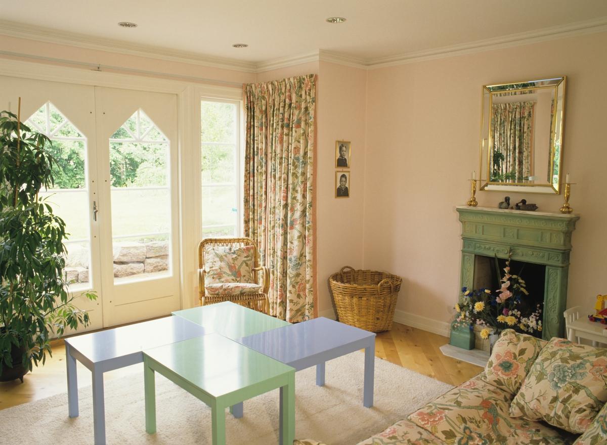 Interiør fra stue, hele kortveggen har buede vinduer , illustrasjonsbilde fra Nye Bonytt 1988.