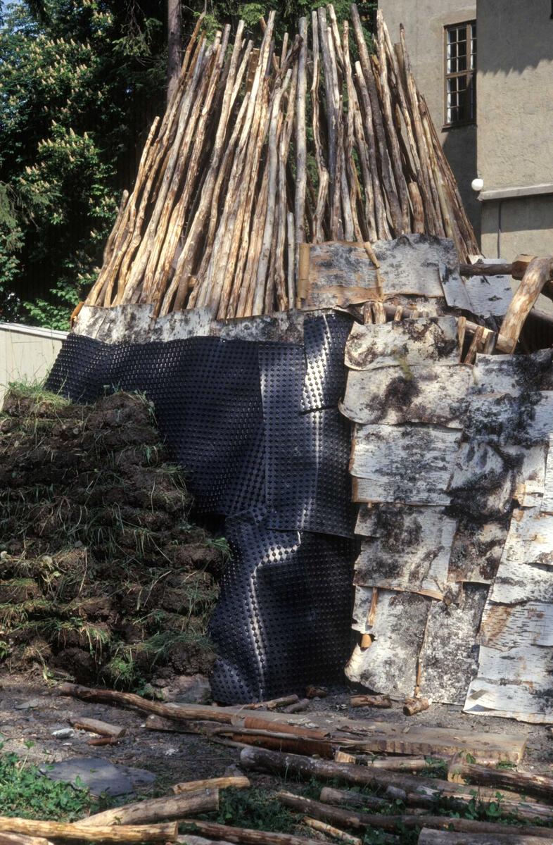 Serie bilder av bygging av sørsamisk gamme på Bygdøy i 1992.