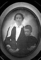 Avfotografering. Gruppe, mor og sønn. Daguerreotypi(?)