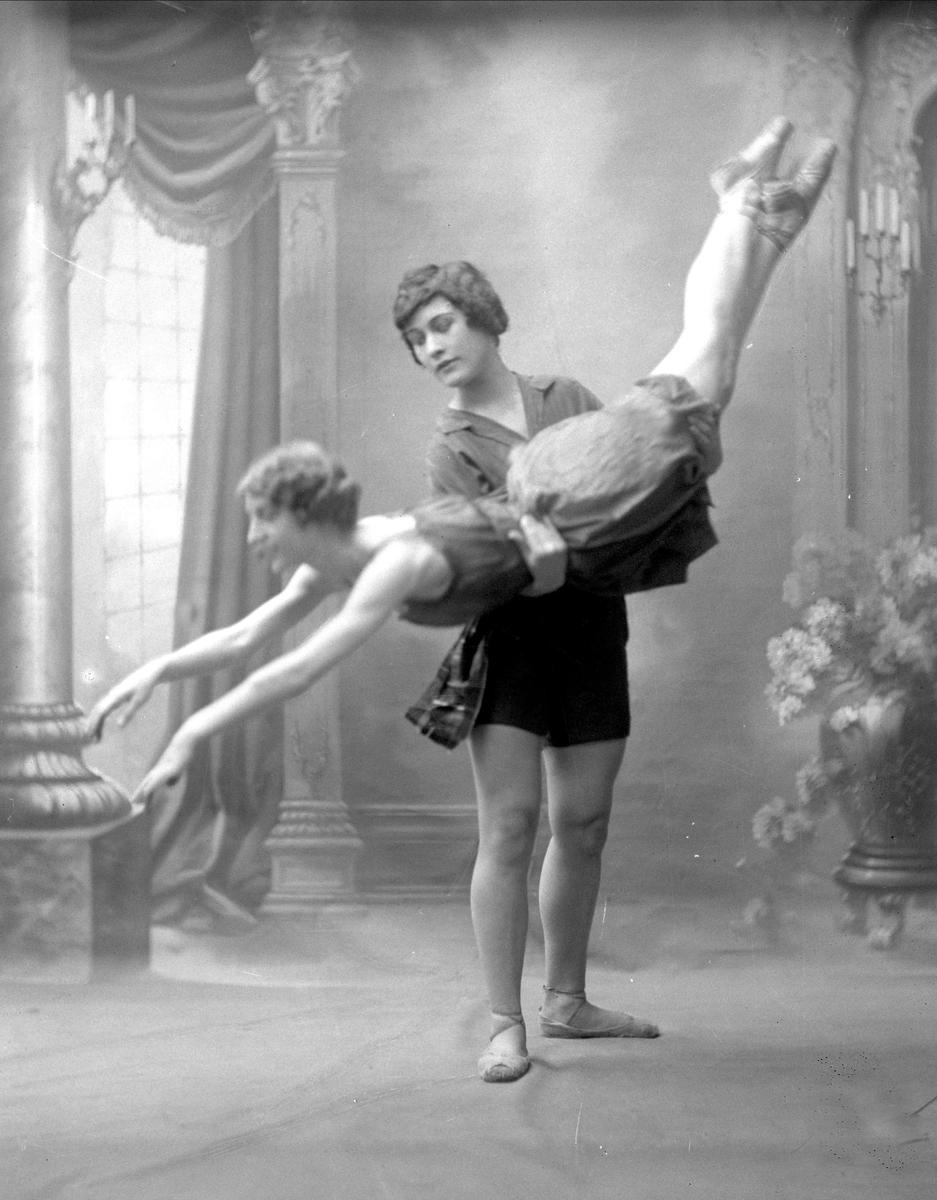Gruppeportrett, to ballettdansere. Frøken Warhuus.