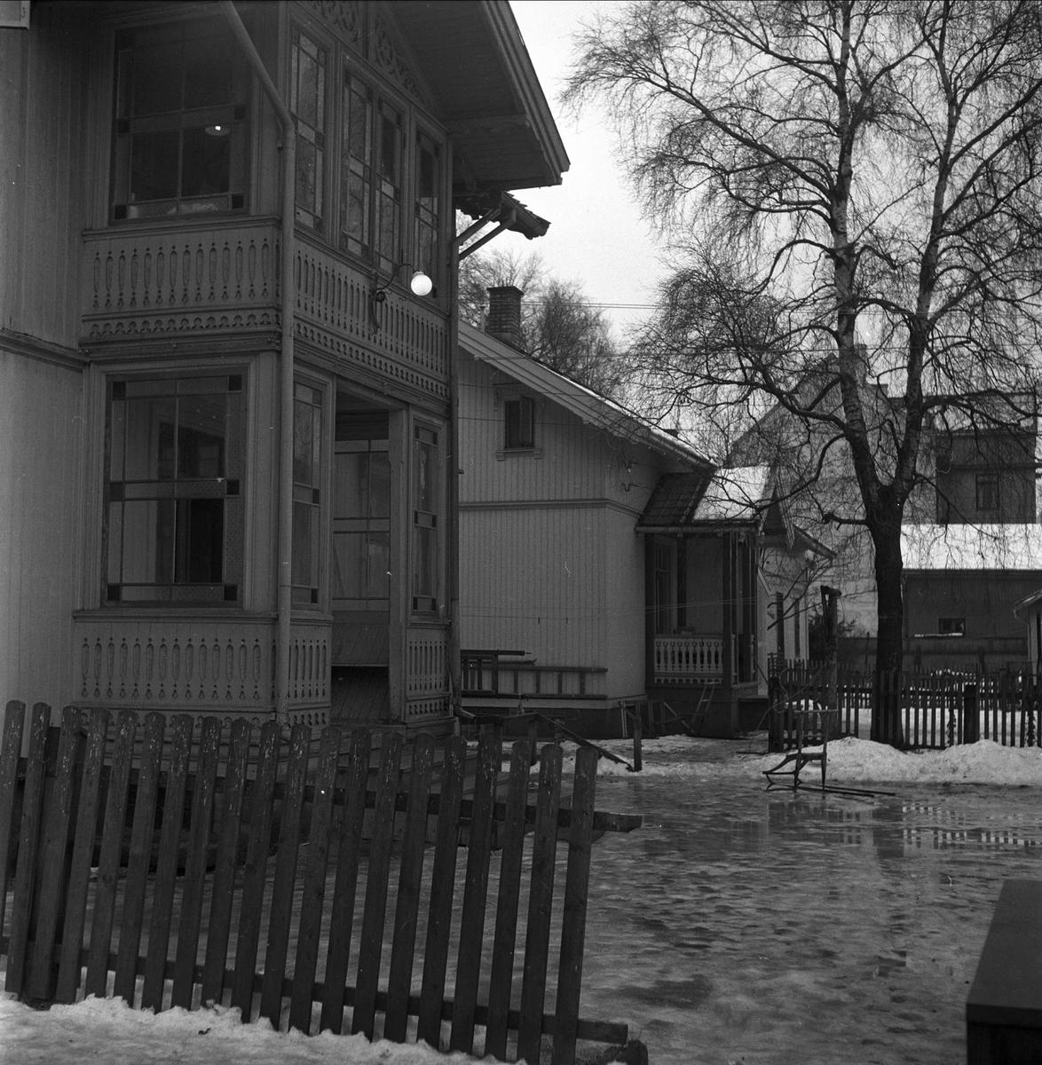Lillestrøm, Skedsmo, Akershus, desember 1952. Eldre villabebyggelse. Sveitserstil, glassveranda.