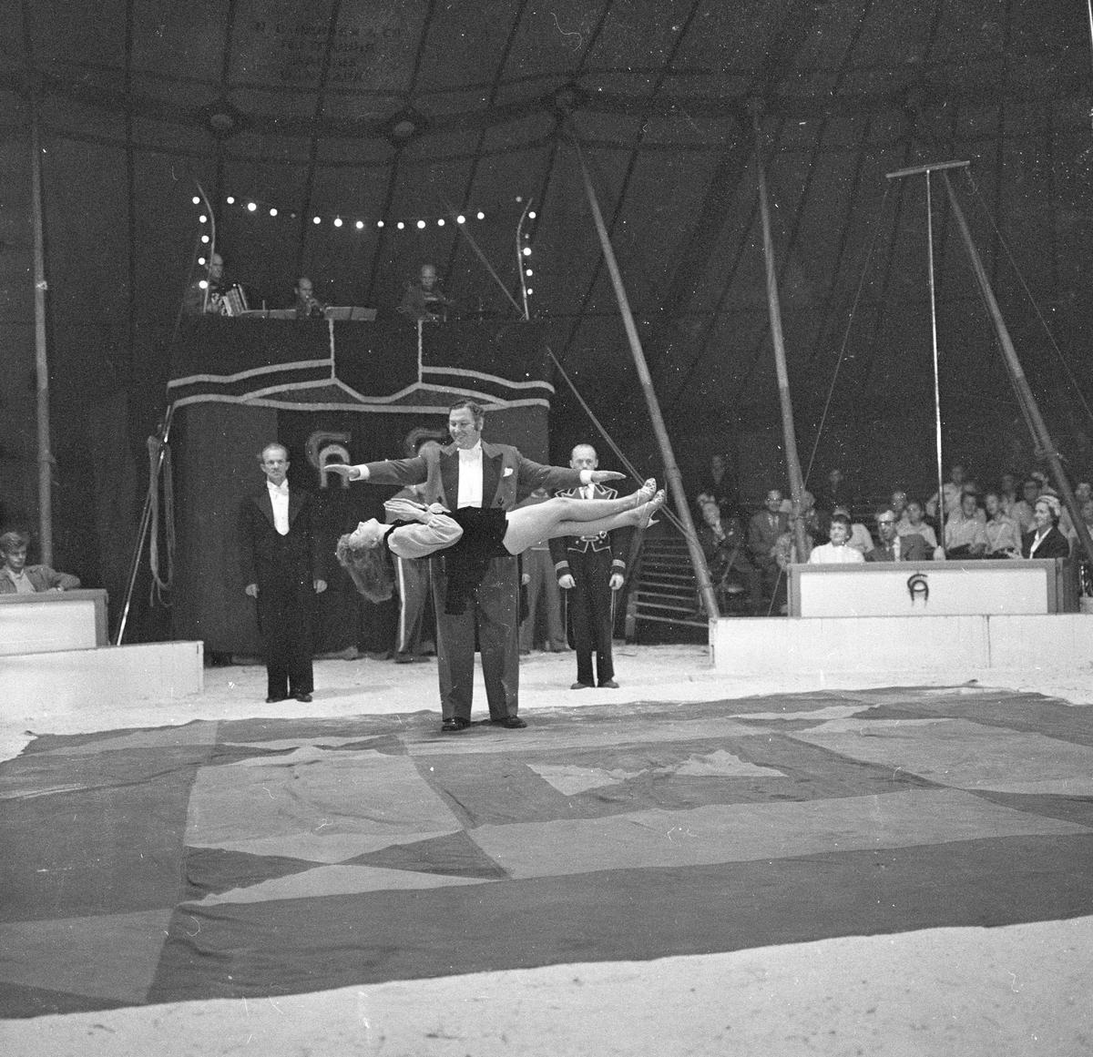 Oslo, september 1957, Sirkus Arnardo, fra forestillingen, sirkusfolk i manesjen.