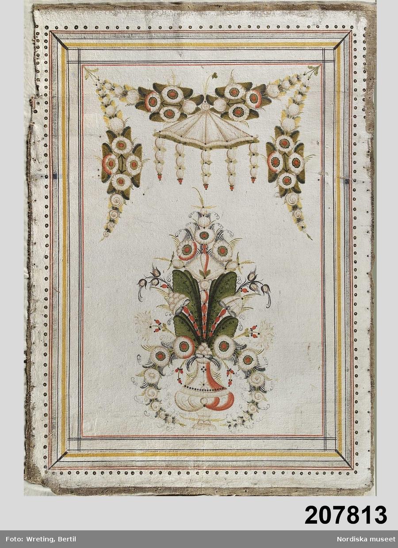 """Huvudliggaren: """"Tapeter, målade, Leksandsmålning, Kurbitser m.m. i färger på vit botten. dat. 1811; baksidan med år 1767 daterade målningar, rankor m.m. i färger; fr. Sjols, Edsbyn, Ovanåker sn, Hälsingland. 16 olika stora bitar. I[nköpt] 30/11 1936 från Nils Erik Olander, Sjols jämte 207.814 - 207.816 [...].""""  Utdrag ur bilaga: """"Hela rummet försett med dalmålningar på väv, bestående av 13 stycken symmetriska väggfält jämte dörr- och fönsteröverstycken. Målningen utförd av ovan nämnde AHS från Gärdsbyn, Rättvik, år 1811, måhända ej ensam utan med medhjälpare. Jämför sålunda inredningen från rum H, nu i Ovanåkers hembygdsgård, där förutom AHS även en annan signatur återfinnes. /.../ Hela inredningen är utförd på baksidan av en äldre väggmålning, daterad 1767 och karakteriserad av samma storslingiga rankdekoration, som utmärker Hans Ersson Enmans interiörer i Enviken och Svärdsjö socknar, Dalarna."""""""