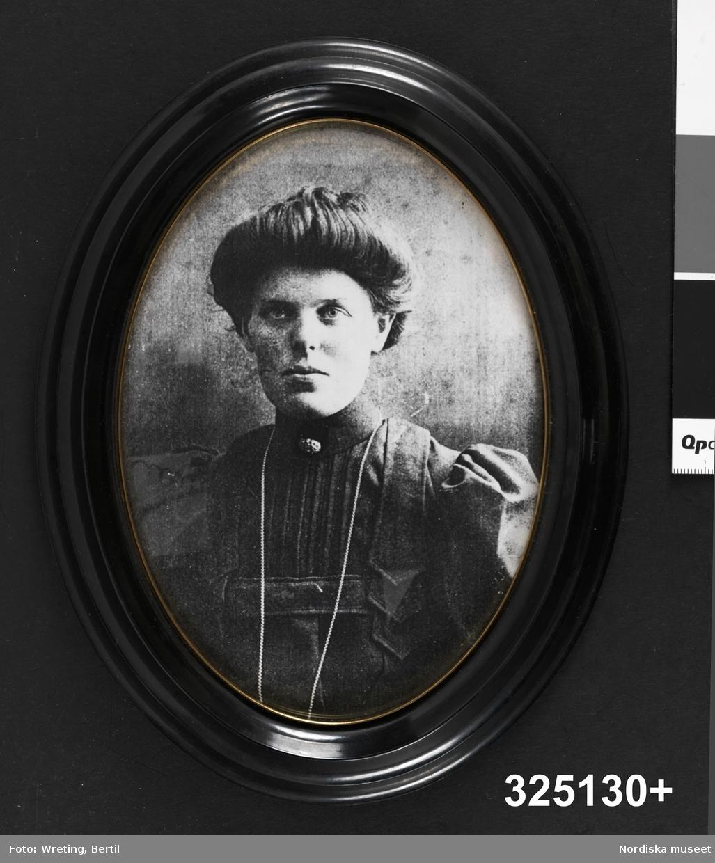 Kvinnoporträtt, midjestycke, en face.
