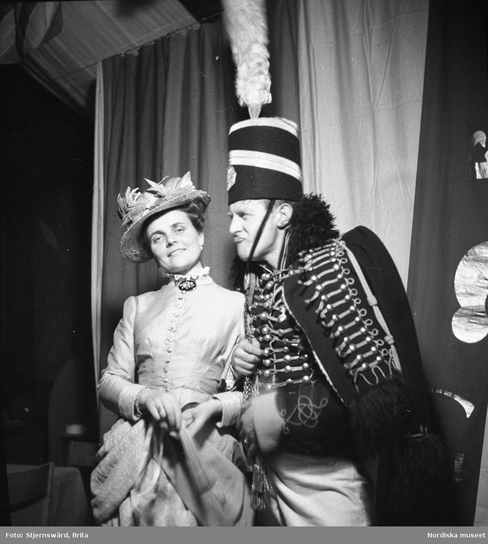 Maskeradfest med kläder från olika stilepoker. Nordiska museet och Skansens personal.