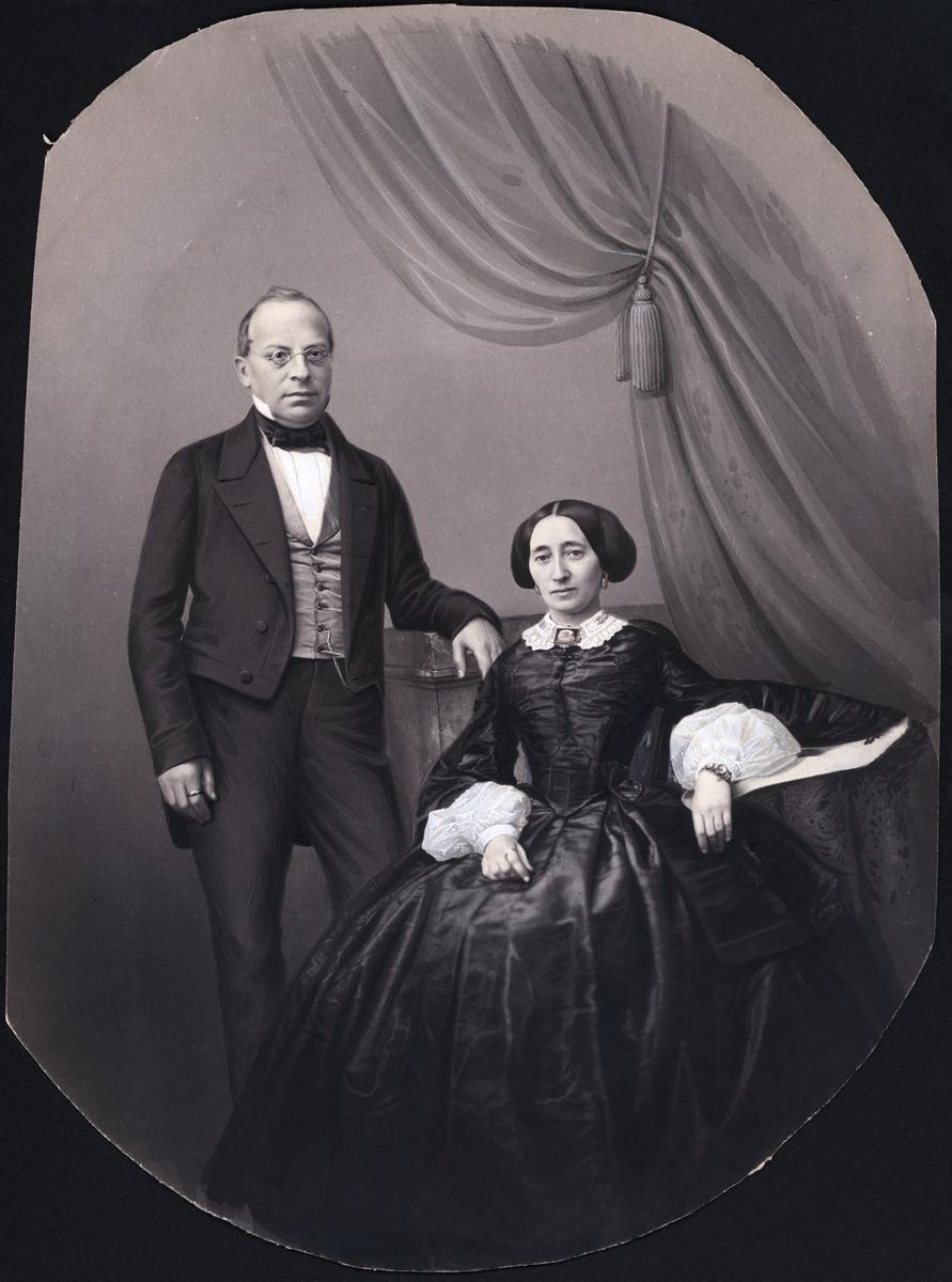 Kabinettsporträtt i helfigur. En man och en kvinna, kvinnan sittande, i dräkt som tyder på ca. 1860. Båda bär en slät ring på pekfingret. Bilden sekundärt bearbetad och kolorerad.