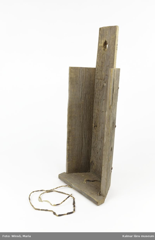 KLM 11378. Loglykta med kådljus. Användes vid ottetröskning och hängdes då upp på logväggen. Tillverkad av träplankor sammanfogad med spik av järn. I bottnen ett genomborrat hål genom vilken ljuset är fastsatt med en träplugg. Ljuset är tillverkat av avfallslin och kåda och liknar numera en veke, har troligen varit styvare och tjockare så att det har kunnat stå upp.