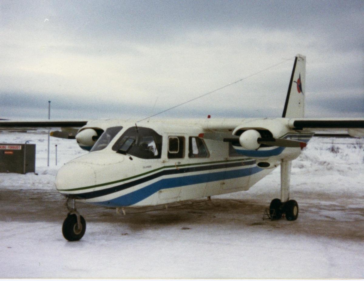 Lufthavn (flyplass). Kirkenes. Ett fly, Britten Norman fra Norving på bakken.