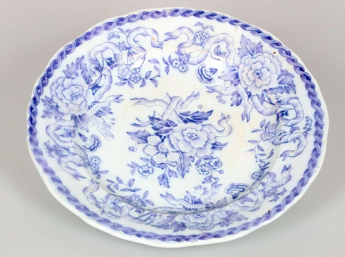 Tre assietter. Vitglaserade med dekor i lila. Tryckt stämpel i lila: IRON STONE CHINA LILAS, instämplat i massan: IRONSTONE CHINA RÖRSTRAND.