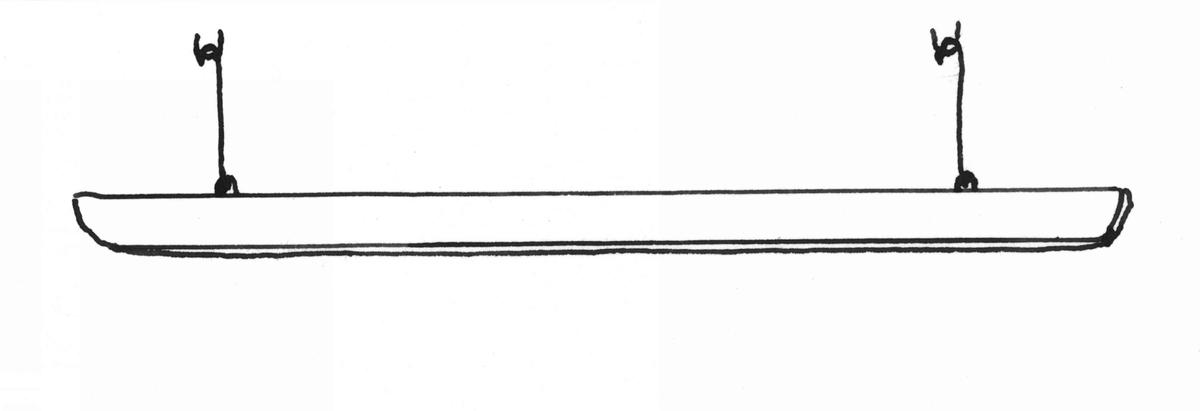 Kronstång av vitmålat trä. Rektangulärt tvärsnitt. Fäst i taket med två järnkrokar. Krokhöjd 27 cm.