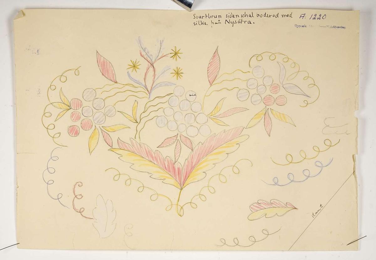 """Två vattenfärgsskisser och två mönsterritningar föreställande broderiet på en sidenschal. Vattenfärgsskisserna är märkta """"A1220"""" och stämplade med texten """"Uppsala Läns Hemslöjdsförening"""". På den ena skissen står dessutom skrivet med bläck """"Svartbrun sidenschal broderad med silke från Nysätra"""". Skisserna är målade med rosa, gul och vit färg. Mönsterritningarna är gjorda på ljusblå kalkerväv (vaxad hellinnebatist). På ritningarna står """"Svartbrun, sidenschal broderad med silke fr. Nysätra A1220"""". Den ena ritningen är också stämplad med texten """"Uppsala Läns Hemslöjdsförening"""". Vid en av ritningarnas kanter är garnprover knutna. Dessa består av två olika rosa, ett gult och ett vitt silkegarn."""