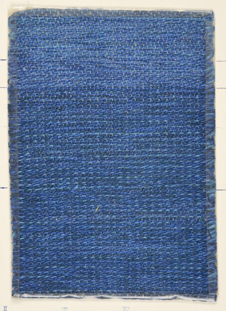 """Vävprov ämnat för möbeltyg. Provet är vävt i korskypert av lin i blå nyanser. Vävprovet har nummer """"B3626"""". På kartongbladet som vävprovet är uppklistrat på finns även förteckning på inslagsordning och färgblandningar."""