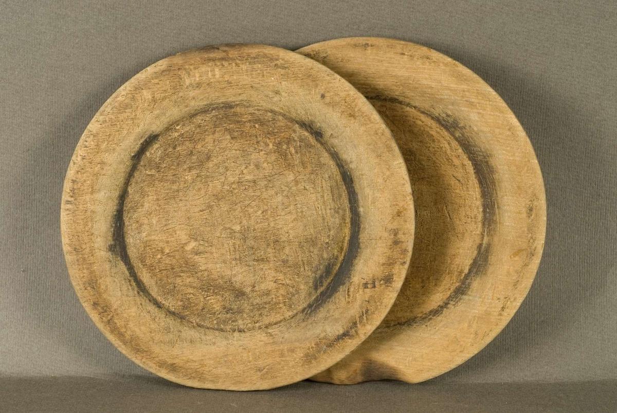 Två flata tallrikar av trä.  Båda tallrikarna märkta: 164. EC V.ÅKERS Sn.