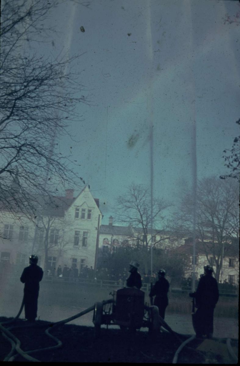 Brandmän med brandslangar vid Fyrisån, Uppsala 1945 - 1950
