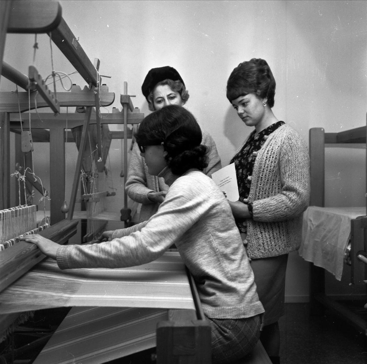 """""""Besök på yrkesskolan"""", flicka väver, Tierp, Uppland 1967"""