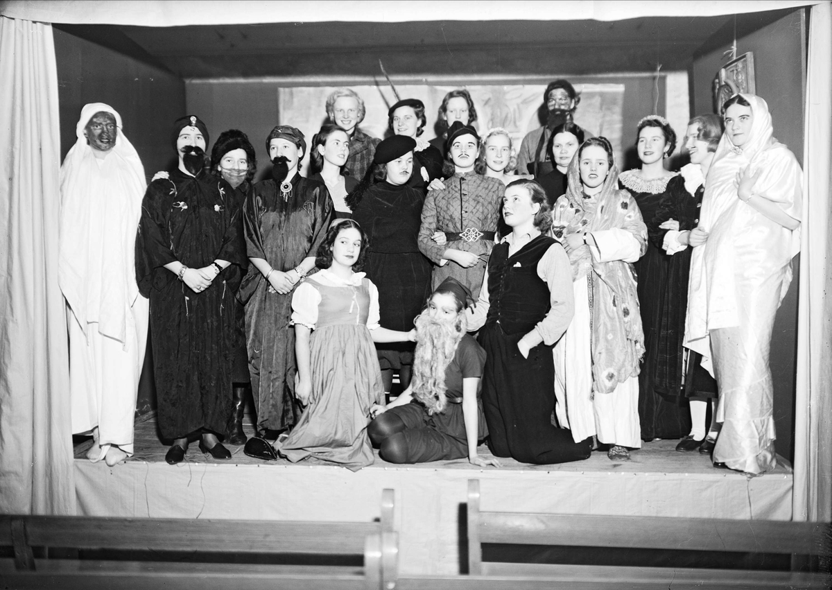 Teatergrupp vid Lindska skolan, kvarteret Ubbo, Uppsala 1939