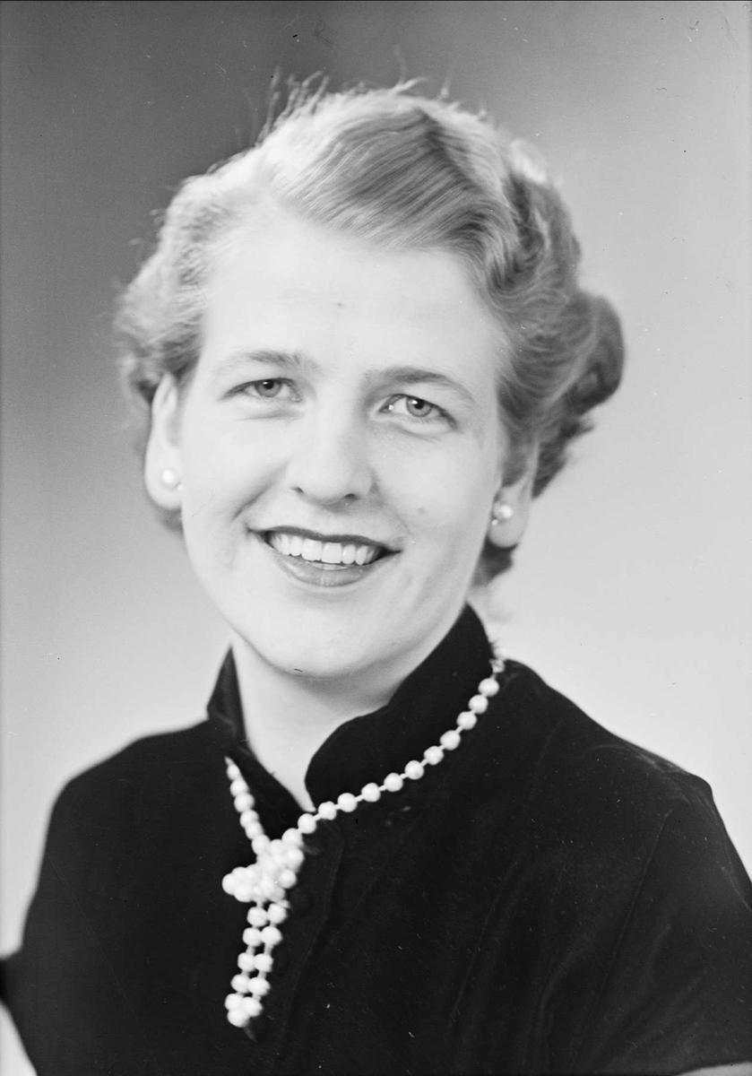 """Ateljéporträtt - """"fröken Margareta Lundgren"""", sannolikt Uppsala, 1953"""