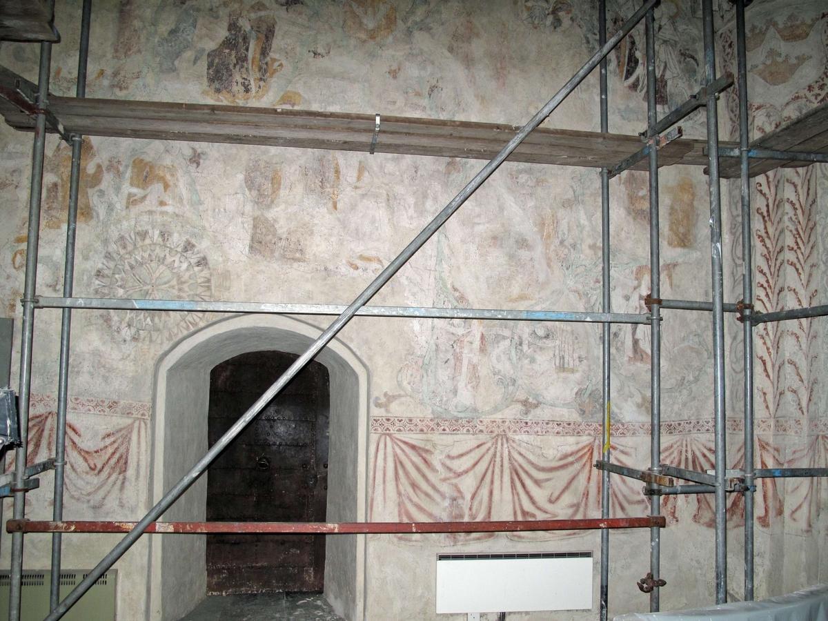 Rasbokils kyrka, Uppland 2008. Norra korväggen, spricklagningar utförda men ännu ej retuscherade.
