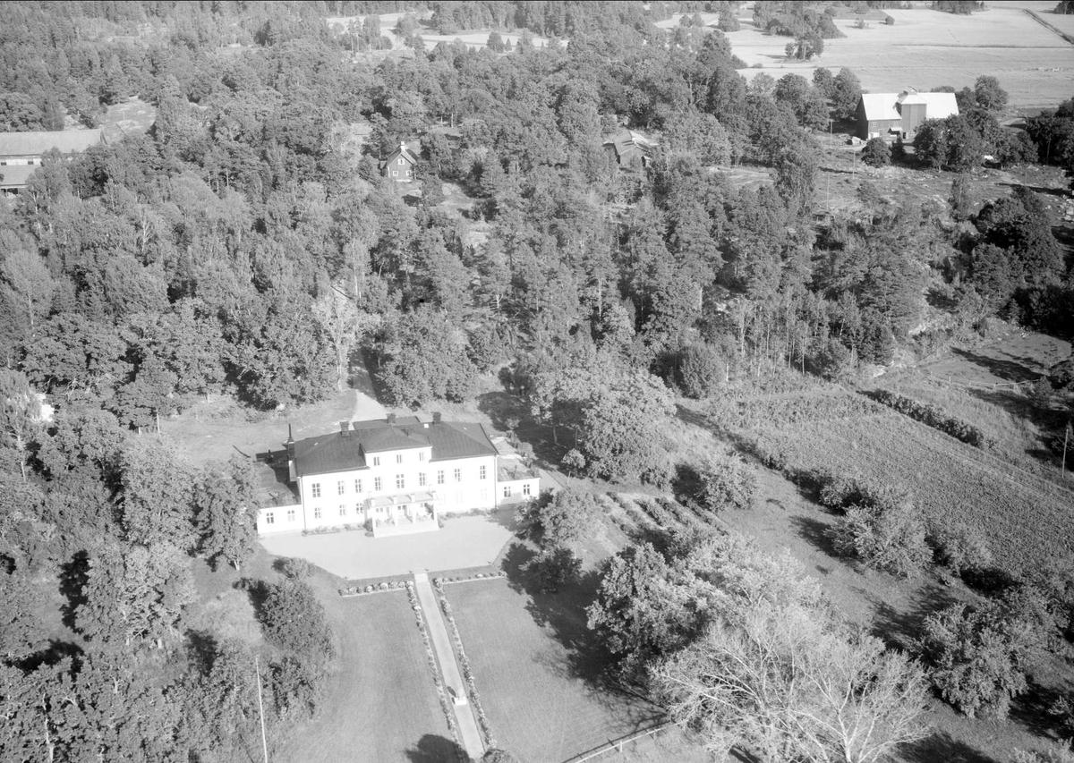 Flygfoto över Norrgarns gård, Norrgarn, Bladåkers socken, Uppland 1958