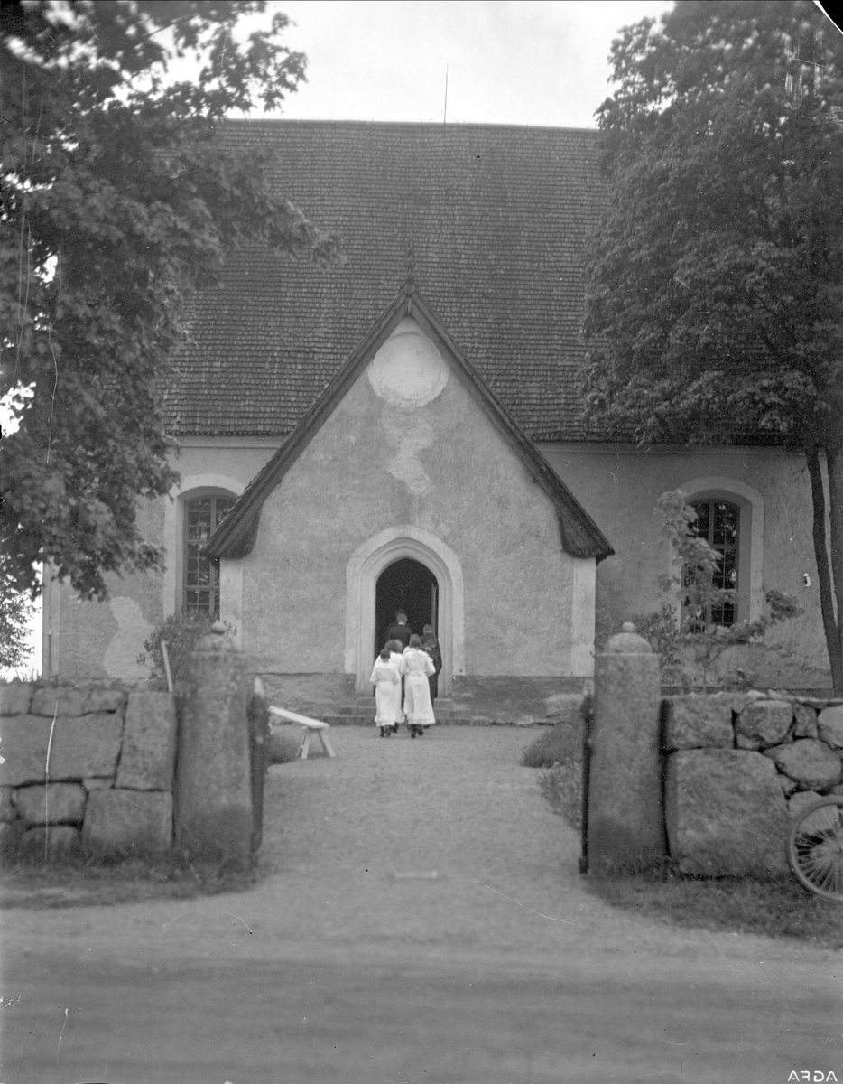 Konfirmander på väg in i Viksta kyrka, Viksta socken, Uppland 1935