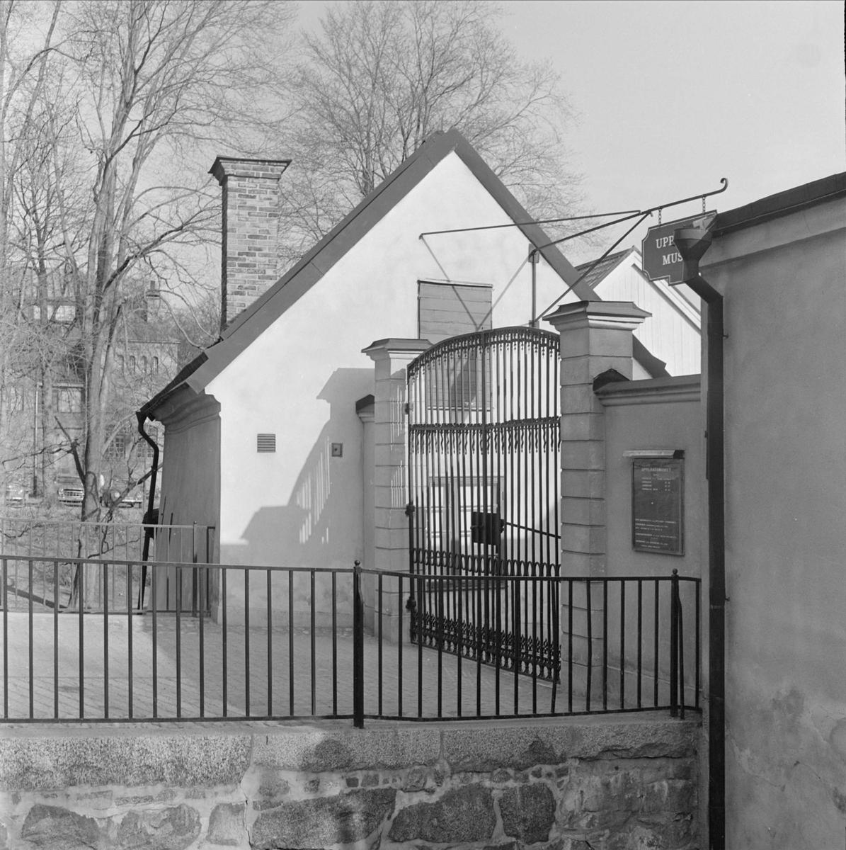 Ingången till Upplandsmuseets gårdsplan, kvarteret Holmen, stadsdelen Fjärdingen, Uppsala 1967