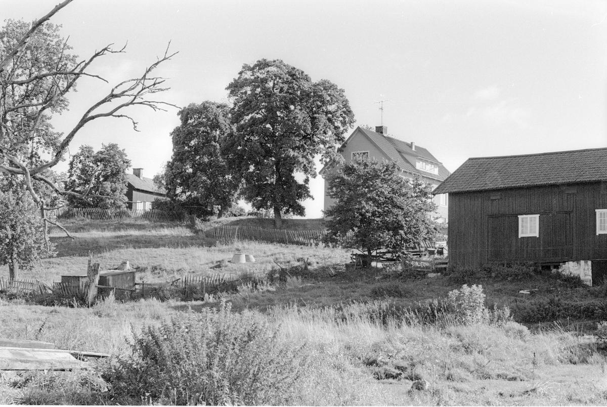 Vy över brygghus, sommarkök, före detta mangårdsbyggnad, lider, magasin och vedbod,  Kunsta 1:1, Kunsta, Lena socken, Uppland 1978