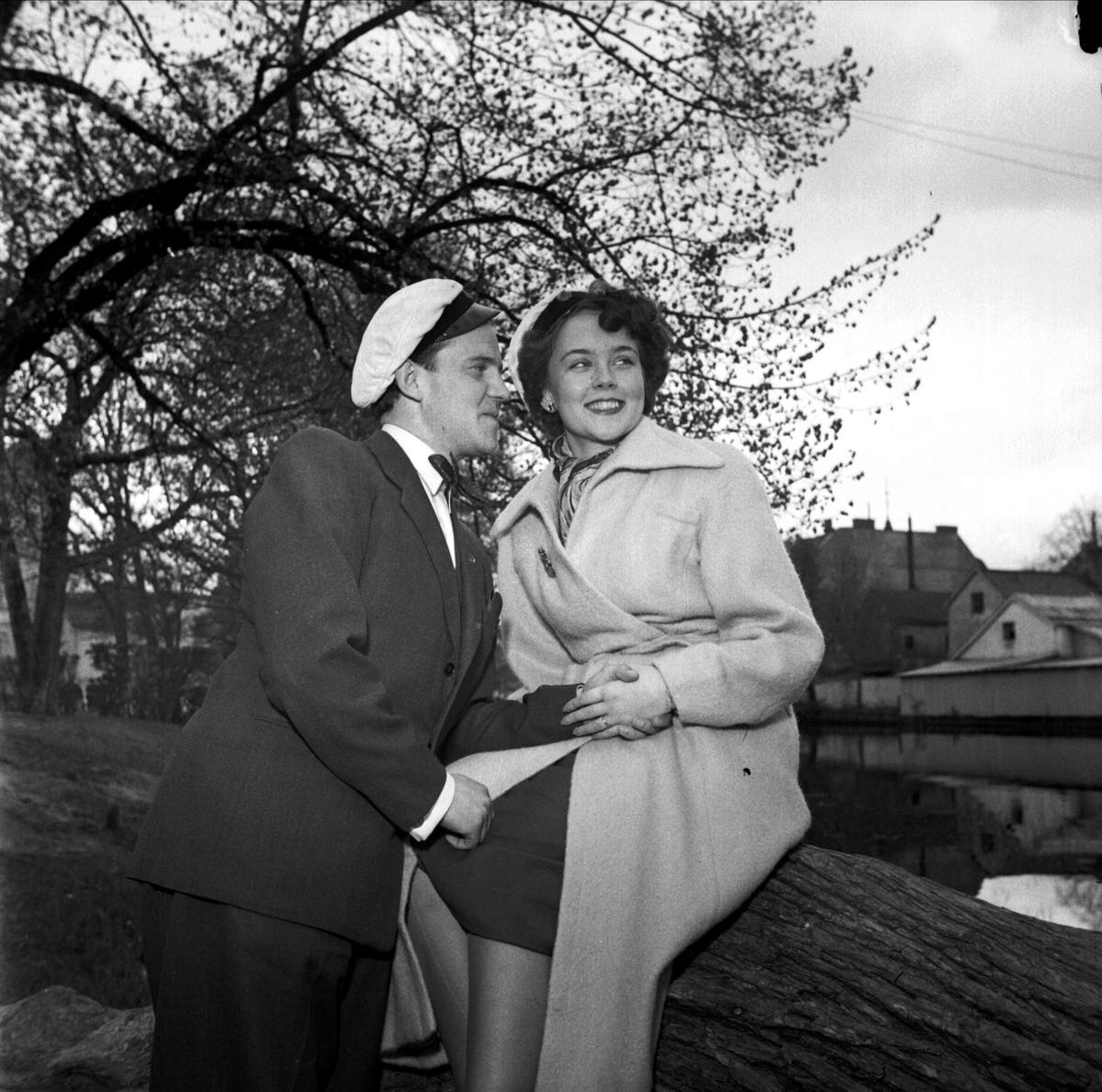 Förlovade - paret Brundin och Qvarnström vid Fyrisån, Uppsala