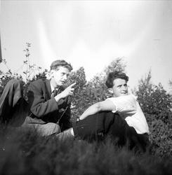 Två män i gräset, Norge 1947