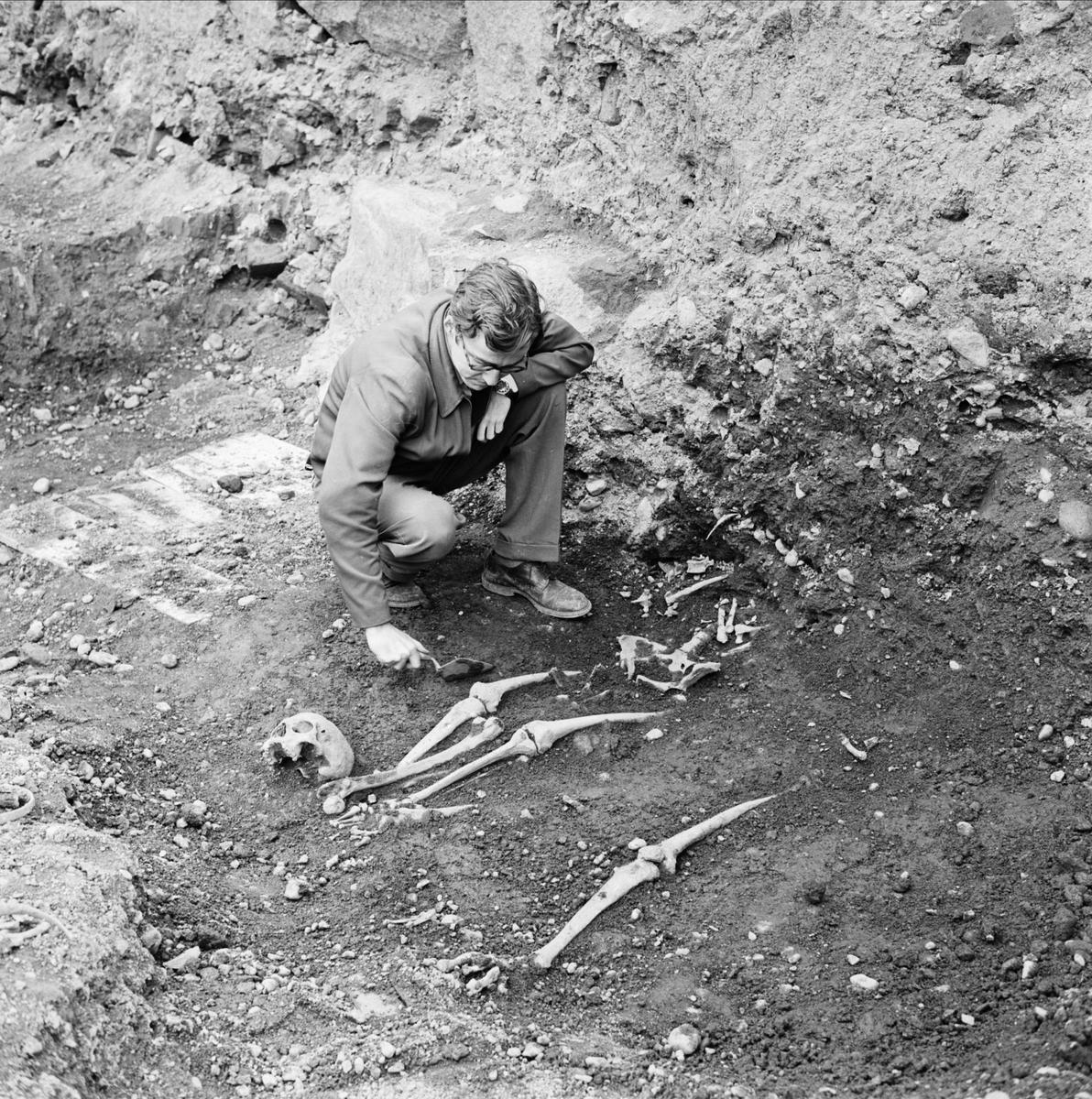 """""""Fina grävningsfynd bekräftar hypoteser"""", arkeologisk undersökning, sannolikt i Uppsala,1962"""