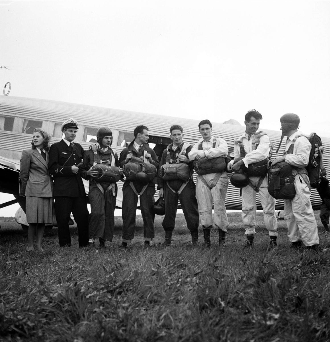 """Franska fallskärmshoppare, """"Sportflygets dag"""", Sundbro flygplats, Bälinge socken, Uppland september 1948"""