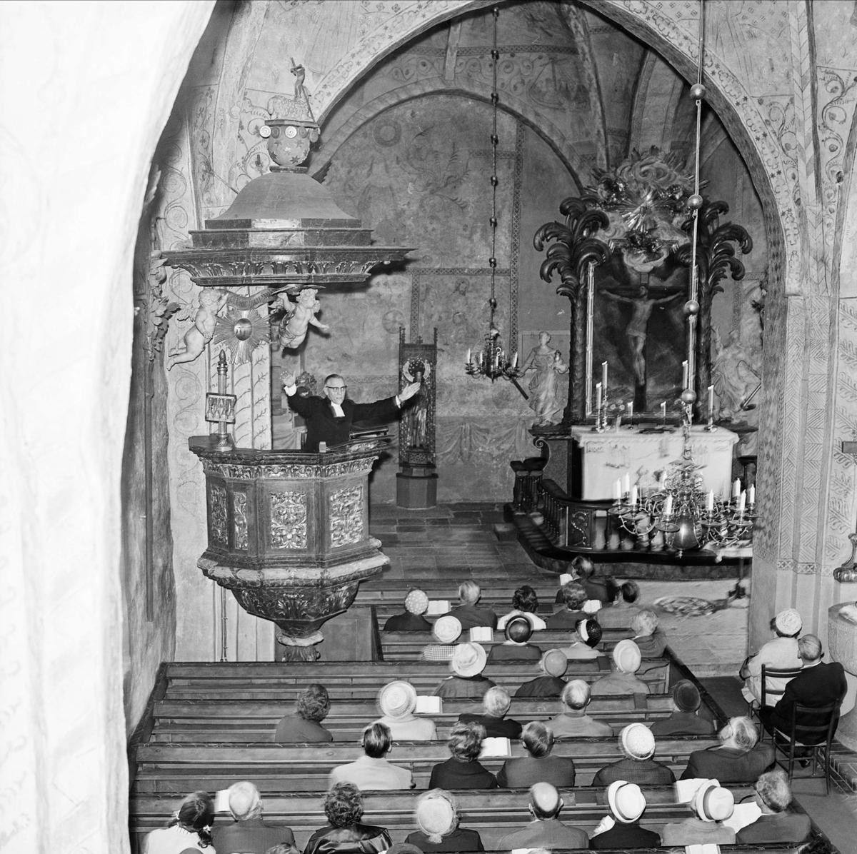 """""""Fornminnesföreningen på vårresa i Roslagen"""", Knutby kyrka, Knutby socken, Uppland maj 1965"""