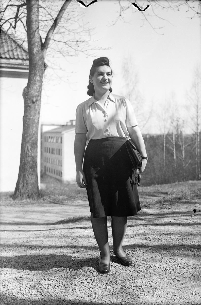 Kvinna i trädgård, sannolikt Uppsala