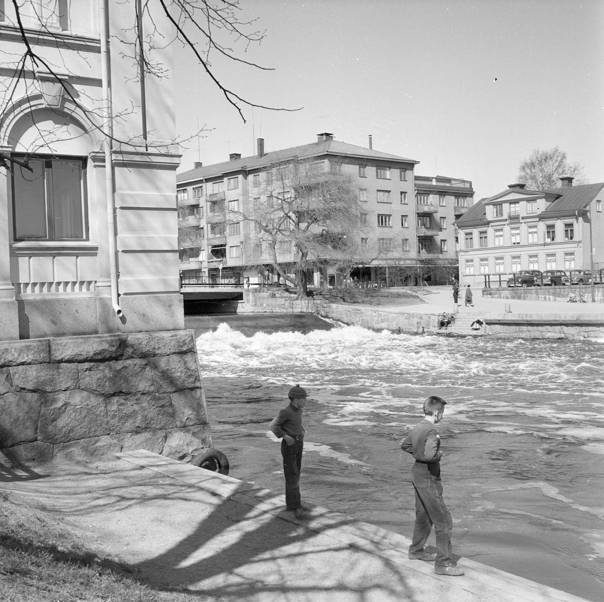 Vy över Fyrisån med Islandsfallet och Hamnplan i bakgrunden, Uppsala, sannolikt 1958