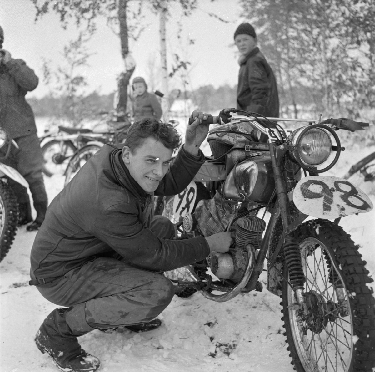 """""""Många goda prestationer"""" i motorcykeltävlingen Stigstråket, sannolikt Österbybruk, Films socken, Uppland oktober 1955. Rolf Nilsson från SMK Uppsala vid sin motorcykel"""