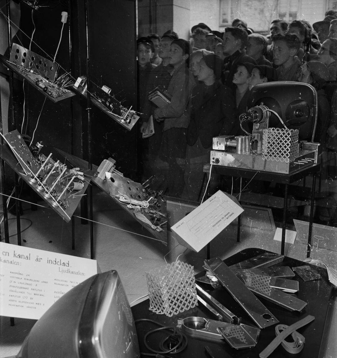 """""""Stort intresse i Upsala för televisionsveckan"""" - """"Hos Forum fick publiken även se färdiga byggsatser för televisionsmottagare"""", Kungsängsgatan, Uppsala 1954"""