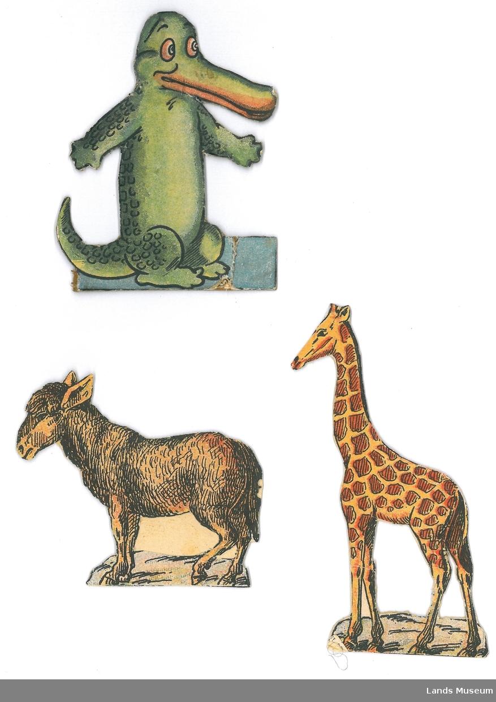 Samling av lekedyr i papir. Dyrene er klipt ut frå avis/magasin og montert på papp.  A- giraff, 11,5 x 5 cm B- krokodille, 9 x 7 cm C- esel, 7 x 8 cm