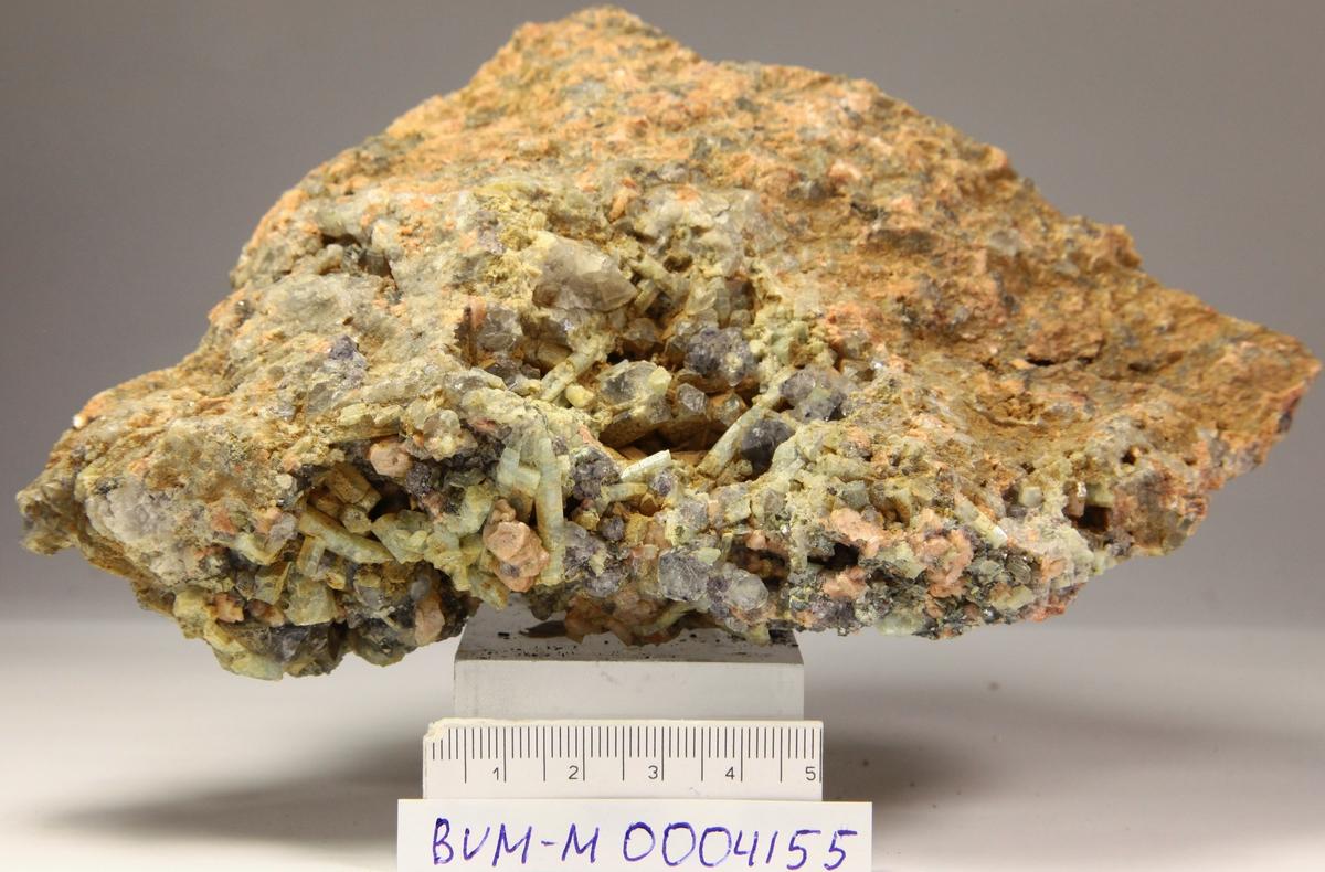 Beryll og flusspat i druse i granitt, + røykkvarts, orthoklas, albitt, muskovitt. RV319