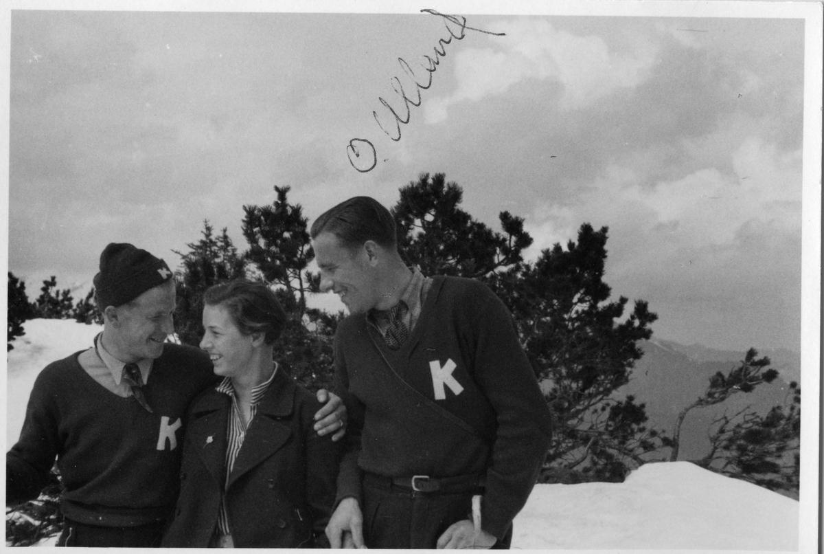 Carl Chr. Grøndahl og Olav Ulland (t.h.) med dame på tur. Carl Chr. Grøndahl and Olav Ulland from KIF with lady.