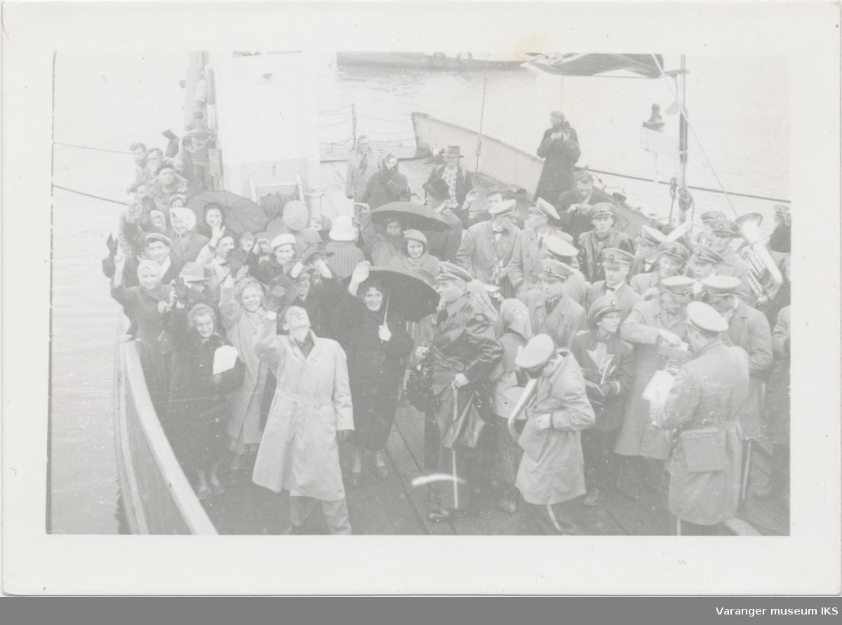 Folkemengde og korps på ferga