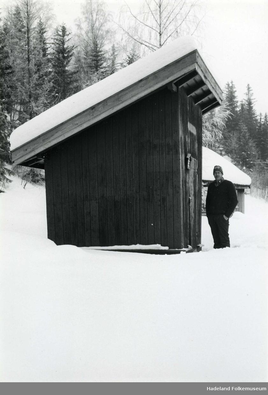 Oddbjørn Myrdahl ved brannsprøytehuset på Hadeland Folkemuseum.