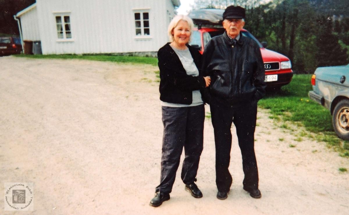 Datter og far, Rønnaug og Olav Smedslandavbildet på Hobbesland i Eiken.