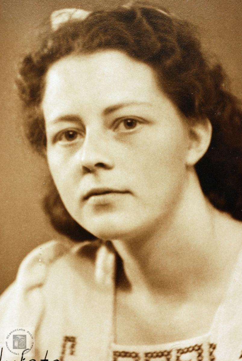 Portrett av Elisabeth Smedsland, Grindheim.