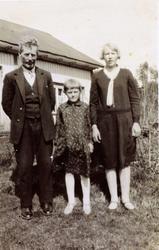 Far Vormlid med to døtre på Smedsland i Grindheim.