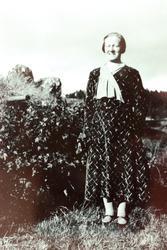 """Gårdbruker Jørgine Sveindal på tunet """"Der veste"""" på Sveindal, Grindheim, senere Audnedal."""