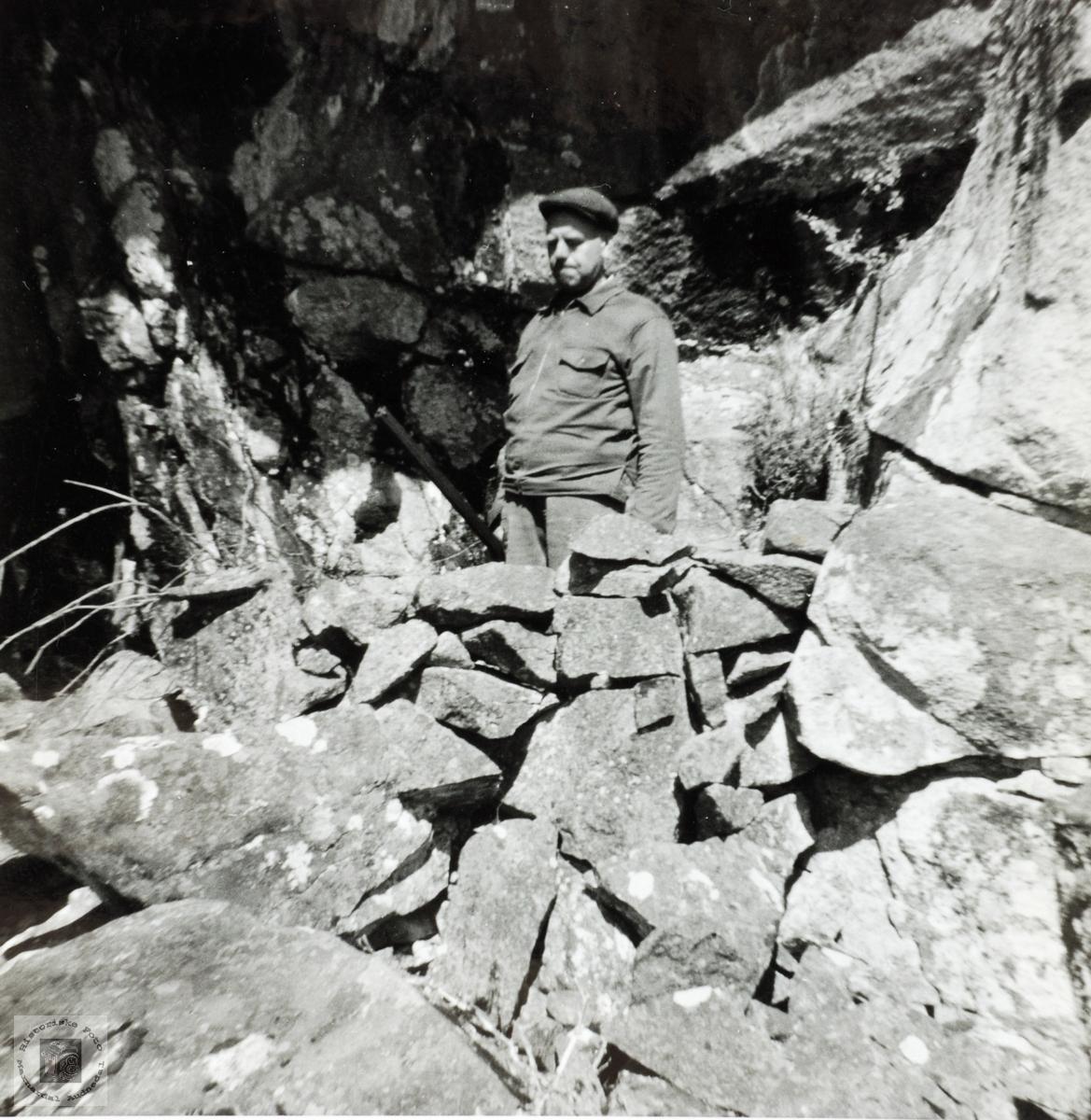 Arne Sigvard Håland i brystvern i fjellet under Havåsen.