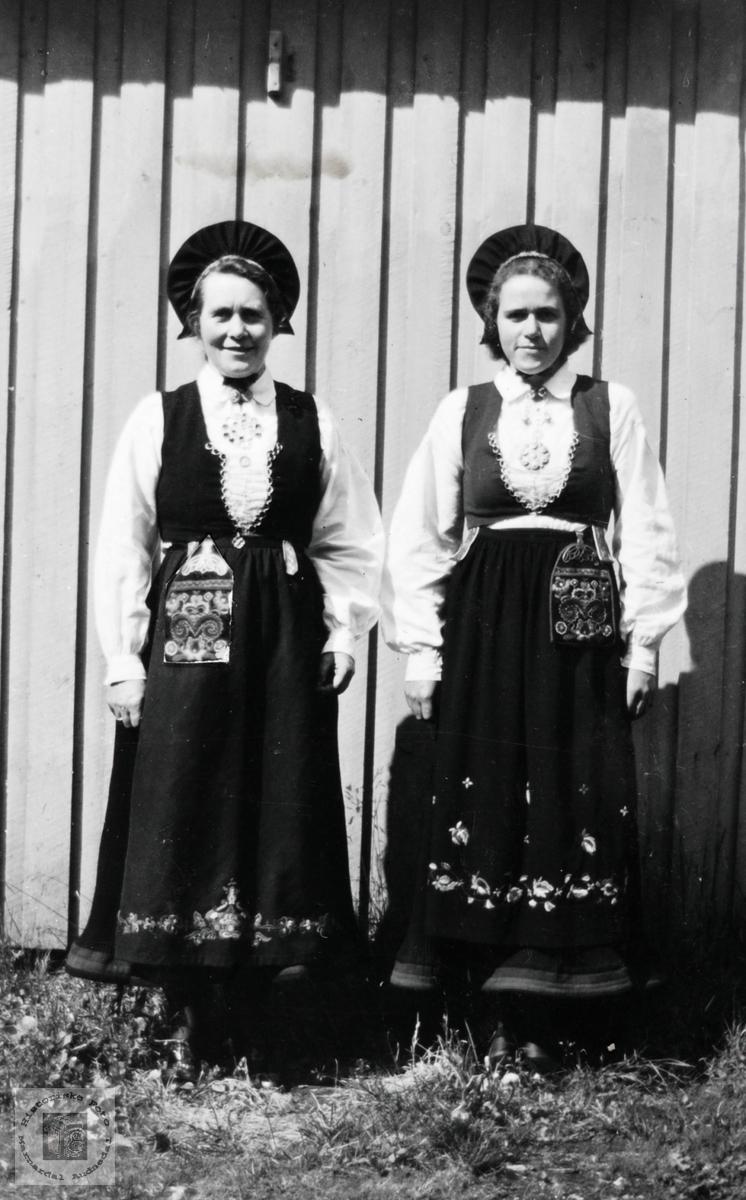 Mor og datter Thommassen i bunad. Audnedal.
