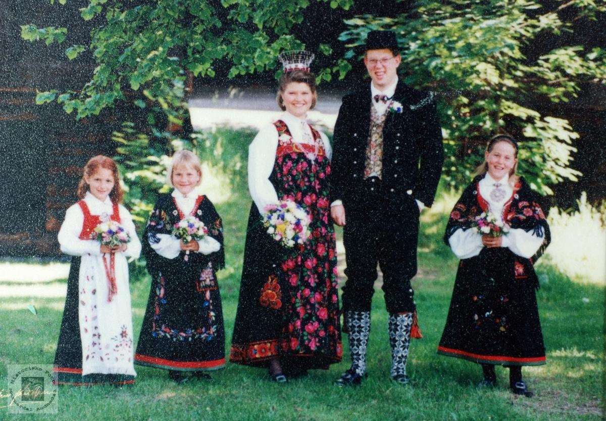 Stolte brudejenter sammen med brudeparet Seland. Grindheim/Drammen.